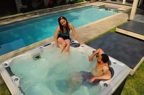 Famille s'amusant dans leur spa